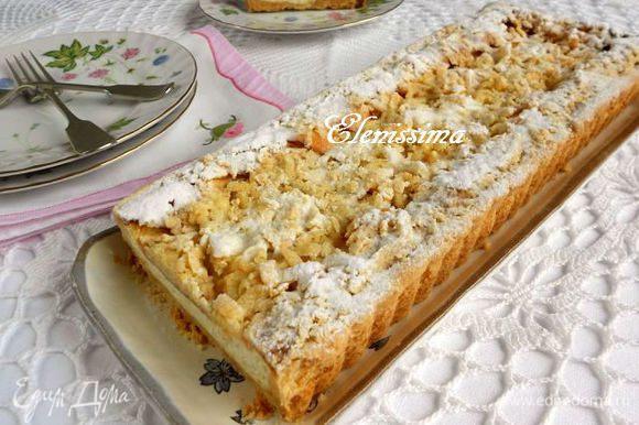 Поставить пирог в духовку и выпекать ещё 60-70 мин до золотистого цвета. Готовый пирог вынуть на решётку, аккуратно снять бортики формы и полностью охладить. Перед подачей посыпать сахарной пудрой через ситечко.