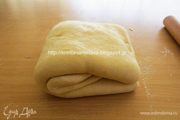 Собираем пласт вдвое, зажимаем края при помощи скалки. Раскатываем тесто толщиной 1 см. Затем складываем тесто вчетверо.