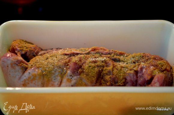 Свинину филе выкладываем в жаропрочное блюдо, сверху посыпаем молотым тмином, солью и перцем. Ставим в разогретую духовку на 200С на 45 мин. Если у вас другая часть свинины - готовьте дольше, чтоб она дошла.