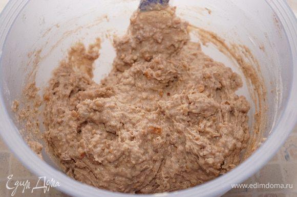 В миску просеять муку, смешать с 1 чайной ложкой с горкой разрыхлителя, миндалём, нарезанными сухофруктами. Присыпать мукой курагу и орехи, чтобы они равномерно потом распределились в тесте. Соединить с ореховой массой. Вымесить тесто.