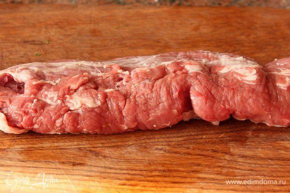 Свиное филе освобождаем от лишних пленок, жиров.