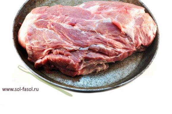 Возьмите свиную шею. Помните, что свиная шея очень жирная и небольшая, весом до 2, максимум 2,5 килограмма. Если Вам предлагают шею весом 3-4 килограмма – не верьте, это шея со значительной частью спинки, которая существенно дешевле и немного другого качества. Срезать жир не нужно, т.к. именно жир при запекании подтает и сделает мясо еще сочнее. Полученным маринадом хорошо натрите свинину. В идеале мясо должно промариноваться сутки (в прохладном месте или в холодильнике), можно оставить его на ночь, но если у Вас совсем нет на это времени, можно начать запекать и через 30 минут. В случае долгого маринования закройте пищевой пленкой.