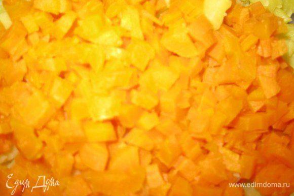 Также чистим и нарезаем вареную морковь.