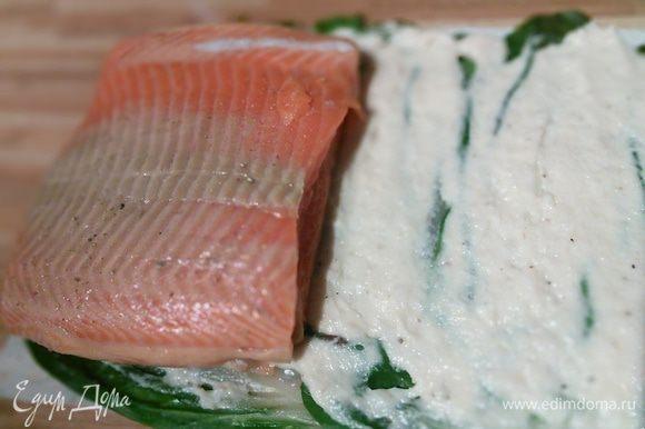 На мангольд намажьте слой белого фарша, разровняйте лопаточкой или широким ножом. Выложите филе форели один на другое спинкой к животику.