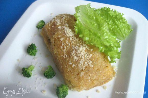 Вынуть из духовки. Подавать сразу, посыпав измельченным миндалем, с овощами и зеленью.