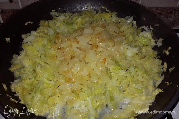 Соединяем капусту и лук. Солим, добавляем сахар, перемешиваем, тушим еще несколько минут, выключаем и даем остыть.