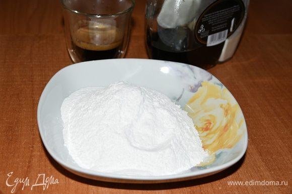 Выпекать в разогретой до 180 градусов духовки до светло-коричневой корочки (которую не так то и легко увидеть, т.к. тесто получается коричневым) 20-25 минут. У меня ушло 25 минут. Коржу дать немного остыть, а пока приготовим глазурь. Размешать сахарную пудру в эспрессо с ликером. Обмазать слегка теплый пирог глазурью.