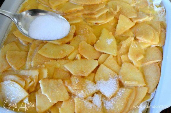 Присыпать яблоки сверху оставшимся сахаром.