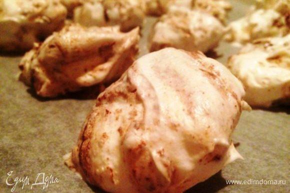 Десертной ложкой выкладывать массу на подготовленный противень. Выпекать в духовке при 100 градусах, около 2 часов.