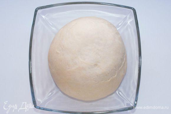 Если в миске замешивать тяжело, выложить на стол и замесить неплотное тесто. Накрыть пленкой и дать отдохнуть минут 20-30.