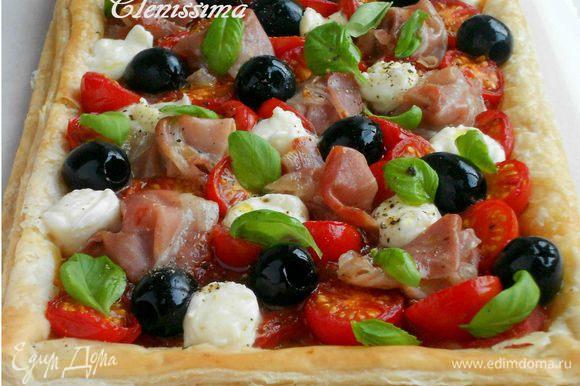 Шарики моцареллы можно поделить руками на половинки и выложить на пирог. Распределить базилик, приправить свежемолотым чёрным перцем и полить оставшимся оливковым маслом. Всё! :-)