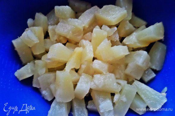 Вначале процеживаем ананасы. Если у Вас они кольцами, нарежьте на кусочки.