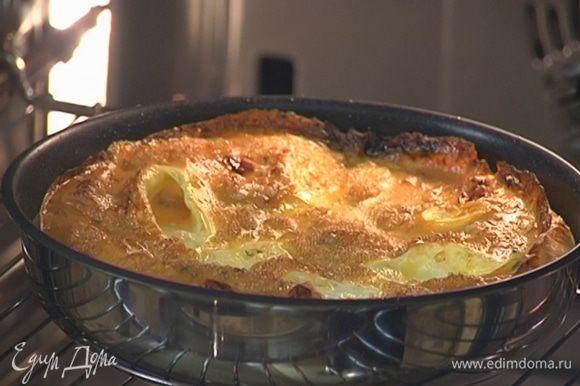 Отправить омлет под разогретый гриль на 3‒5 минут.