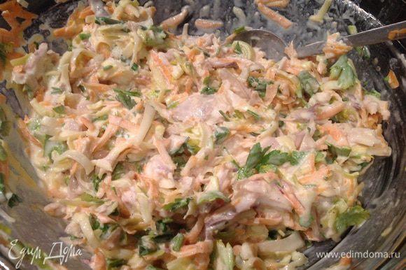 Добавьте к курице овощи и зелень, посолите, приправьте перцем и хорошо перемешайте.