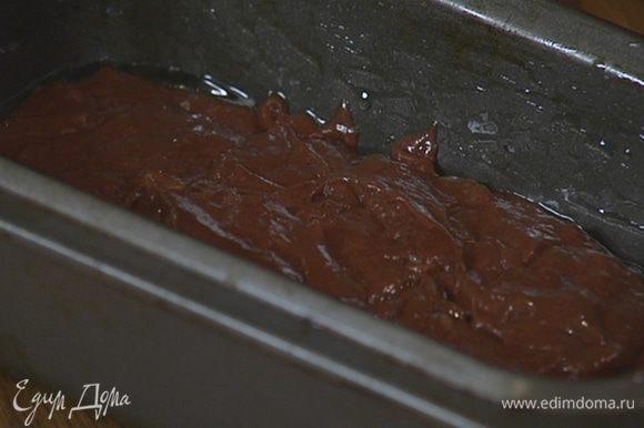 Прямоугольную форму для выпечки смазать оставшимся оливковым маслом, выложить тесто и разровнять его.