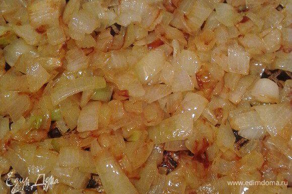 Тесто (у меня замороженное покупное) оставить размораживаться при комнатной температуре. Приготовить из вареного картофеля пюре, а к нему добавить обжаренный на растительном масле измельченный лук. Соль и перец по вкусу.