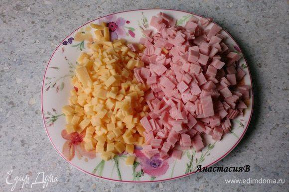 Ветчину и 100г сыра нарезать маленькими кубиками, оставшийся сыр натереть на терке.
