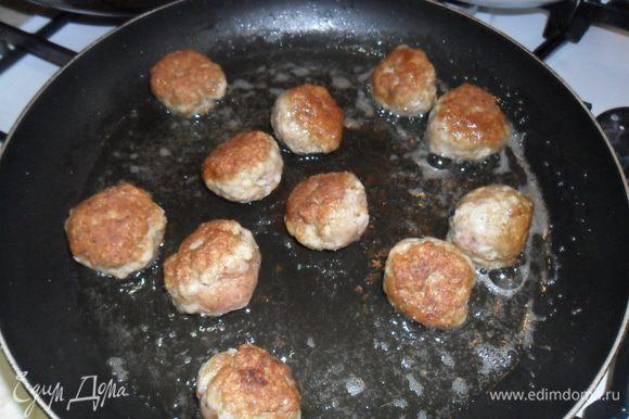 Разогрейте масло в сковороде и обжарьте в два приема, постоянно переворачивая , чтобы они хорошо подрумянились.