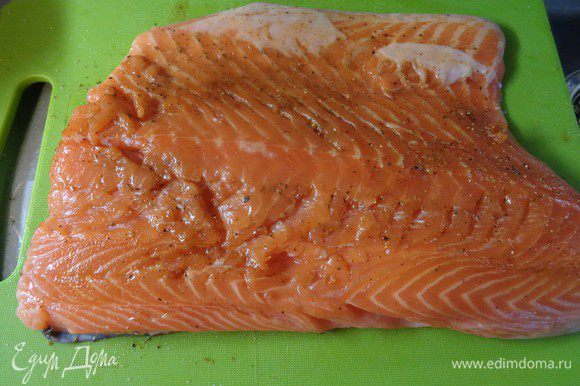 Филе лосося очистить от чешуи, помыть и высушить бумажными полотенцами. С двух сторон натереть солью и смесью молотых перцев.