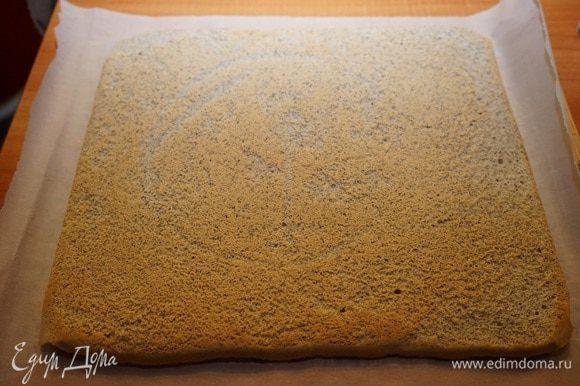 На столе расстелить полотенце или бумагу для выпечки. Перевернуть на неё корж. Снять пергамент, на котором выпекалось тесто.