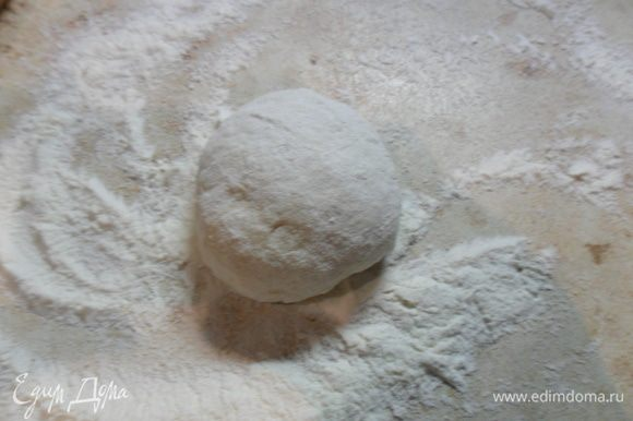 Делим тесто на 9 шариков. Рабочую поверхность хорошо присыпаем мукой.