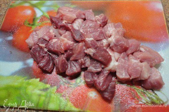 Мясо нарезать кубиками и обжарить в сотейнике до полуготовности. Мясо убрать из сотейника.