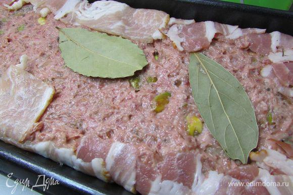 Затем снова фарш и куриное филе. Последним слоем выложить оставшийся фарш, немного утрамбовать и положить сверху 1-2 лавровых листа.