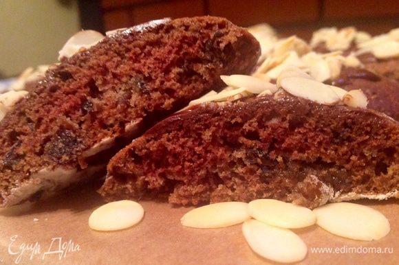 Печенье выпекаем 15-20 минут, зависит от вашей духовки, поэтому следите за ним, готовность проверяем деревянной зубочисткой. Готовое печенье намазываем сверху черным растопленным шоколадом и посыпаем лепестками миндаля, которые предварительно слегка поджариваем на сковороде без масла.