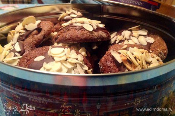 Когда печенье совсем остынет, можно его сложить в жестяную коробку, так оно лучше сохранится. Приятного аппетита :-)