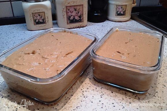 Формы для запекания смазать сливочным маслом и разложить в них паштетную массу.
