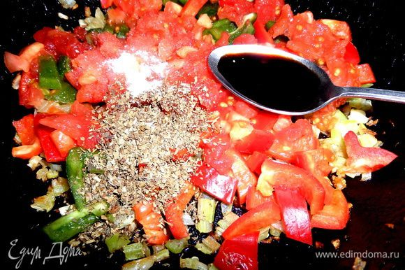 Отправить томаты к луку с сельдереем и чесноком. Добавить перечисленные приправы и перемешать.