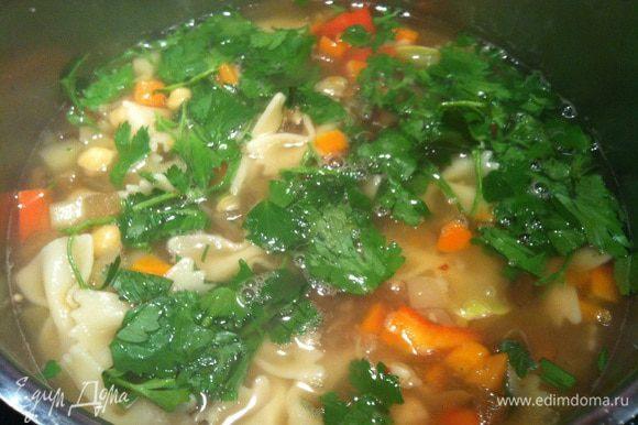 Добавьте нут в суп, приправьте майораном, доведите до кипения и снимите с огня. По желанию можно добавить рубленную зелень (у меня петрушка).