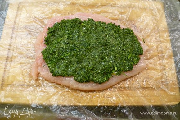 Отбитое куриное филе солим и перчим по вкусу. Далее выкладываем начинку и сворачиваем рулетиком. Начинку можно распределить по всему филе.