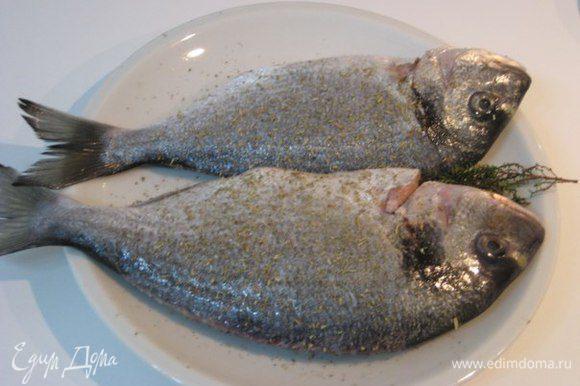 Рыбу почистить, удалить жабры. Натереть солью, черным перцем, итальянскими травами, в брюшко положить веточки тимьяна. У меня две дорады весом 700 грамм.