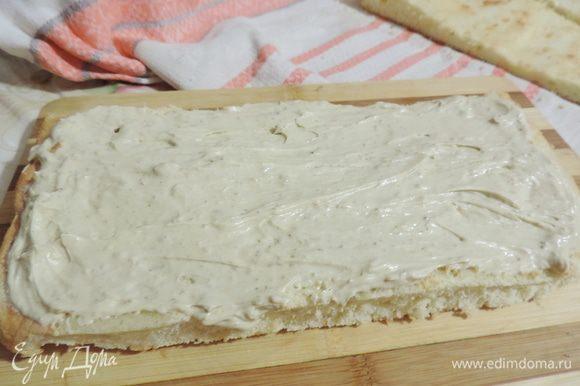 На блюдо кладем пласт. Пропитанной стороной вверх, смазываем его примерно четвертой частью крема. Чередуем коржи и крем.