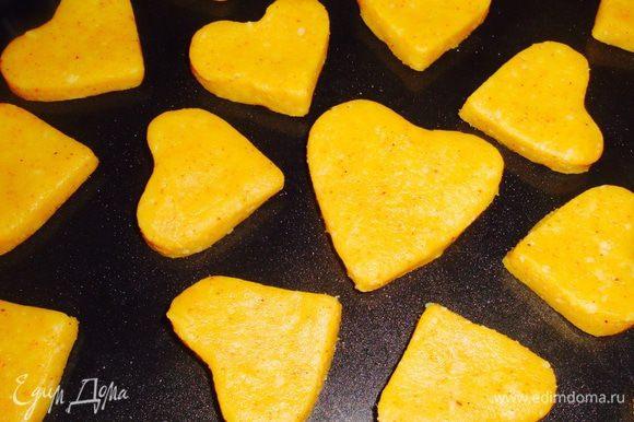 Печенье положить в форму, с помощью кисточки намазать смесью и посыпать по вкусу тмином, кунжутом или рубленными орешками. Выпекать 5-7 мин в духовке разогретой 180 С.