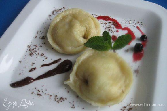 Вынуть на тарелку, украсить тертым шоколадом, мятой, ягодами и соусом. Сопроводить ягодным и шоколадным соусом.
