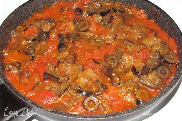 Приготовим соус. Баклажаны и помидоры (очищенные от кожицы) нарезать кубиками около 1 см, оливки колечками. Зубчик чеснока раздавить плоской стороной лезвия ножа, бросить на сковороду, в которой нагревается оливковое масло, дать ему пожелтеть. Затем чеснок удалить. Добавить баклажан, помешивая, поджарить до румяности. Добавить оливки. Через пару минут добавить порезанные помидоры вместе с соком и продолжать тушить еще 10 минут. Посолить и поперчить соус. Вместо свежего баклажана у меня были консервированные запеченные баклажаны. Поэтому я просто прогрела томаты с оливками, а затем добавила нарезанные на кусочки консервированные баклажаны.