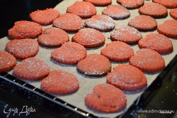 Поставить в разогретую духовку на 180 гр на 12 мин. Готовому печенью дать остыть на решетке, по желанию сверху можно посыпать сахарной пудрой.