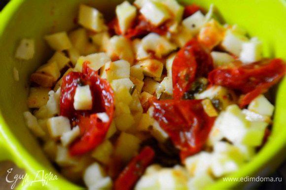 Вяленые томаты порезать и добавить к сыру, аккуратно перемешать.