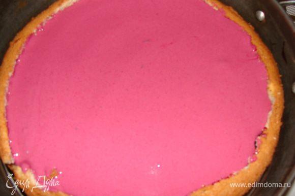 Желатин замочить в 30 мл воды. Дать набухнуть, растопить, добавить в творожную массу, тщательно взбивая, вылить половину мусса на торт.