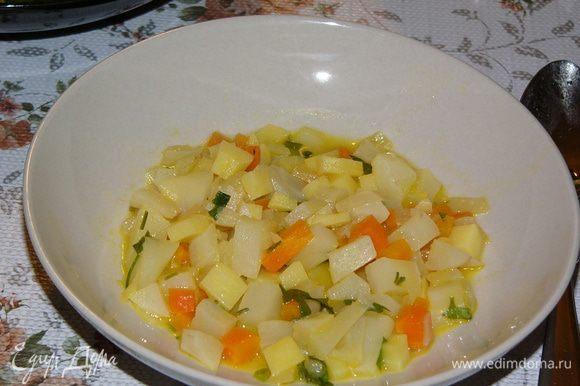 Тушить под крышкой примерно 7 минут. Картофель должен приготовиться полностью, а топинамбур слегка похрустывать. Посолить по вкусу. Подавать как основное блюдо.