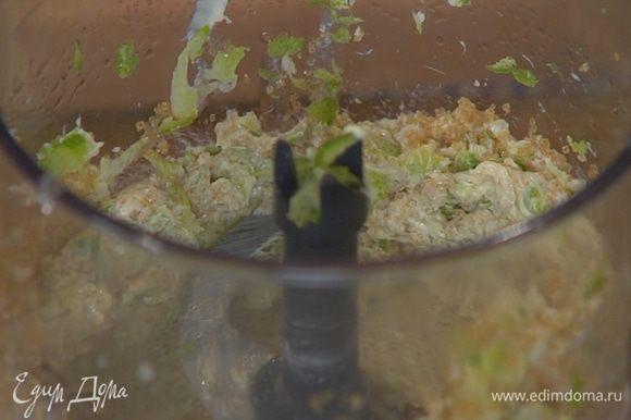 Приготовить тесто для коржа: в чаше блендера соединить 80 г предварительно размягченного сливочного масла, сахар, цедру лаймов, экстракт рома, соль и все взбить в однородную массу.