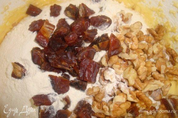 Добавляем в эту смесь рубленные орехи, финики и 0,5 ст. муки. Хорошо перемешиваем.
