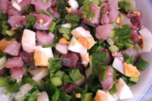 Начинка 1. Яйцо сварить, порезать на кусочки, сельдь разделать на филе, порезать на небольшие кусочки. Лук зеленый помыть, порезать мелко. Начинка 2. Отваренные грибы разморозить. Лук репчатый очистить, порезать, поставить сковороду, добавить растительное масло, разогреть, положить лук, обжарить до прозрачности, добавить отваренные грибы, 5 минут потушить, выключить газ. Дать остыть. Можно делать грибную начинку и из соленых грибов.