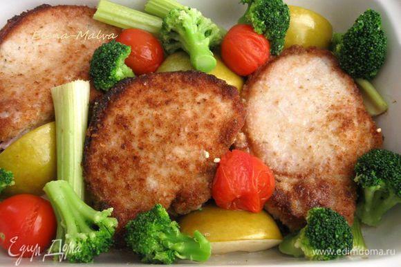 Через 15 минут после начала запекания добавить несколько соцветий брокколи. На стол для свинины хорошо подать хрен в качестве приправы. Приятного аппетита!