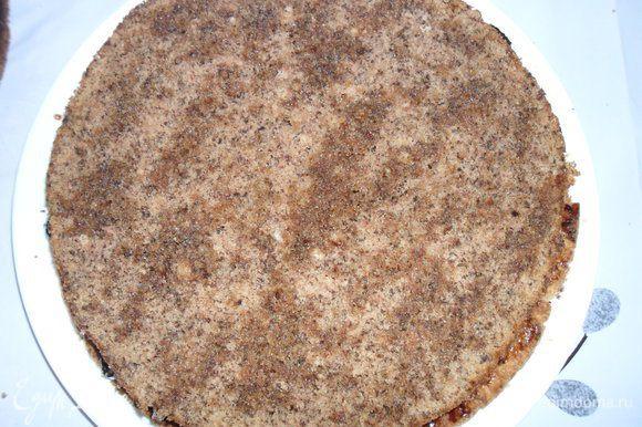 Одну половину бисквитного коржа положить на песочный и прижать. Сбрызнуть вишневым ликером (1 столовая ложка).