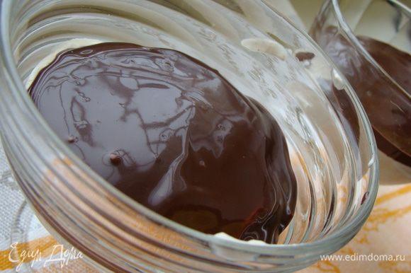Черный шоколад растопить вместе с 33% сливками. Можно в микроволновке (30 сек) или на водяной бане. Главное не перегреть, иначе шоколад свернется. Вылить в креманки.
