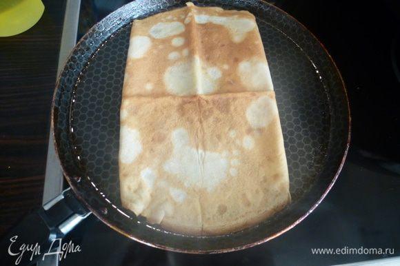 Готовим завтрак для любимого мужчины. На смазанной маслом сковороде поджариваем блинчик с загнутыми во внутрь сторонами, как на фото, 30 секунд.