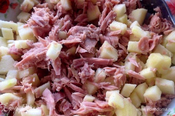 Размять вилкой тунец в собственном соку, добавить одно сладкое порезанное яблоко без кожуры.